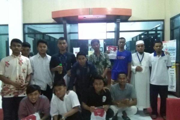 Ustadz Sriyanto,S.Pd & Wahdadi Petugas PMI Bersama Sebagian Pendonor Darah dari Santri Ponpes An Nur DPD LDII Sragen di Kantor PMI Sragen Komplek RSUD Sragen